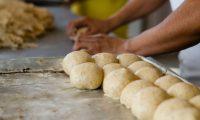 La preparación del pan tradicional de Occidente es un distintivo que la marca busca mantener y explotar como un diferenciador clave en el mercado. (Foto Prensa Libre: Cortesía Xelapan)
