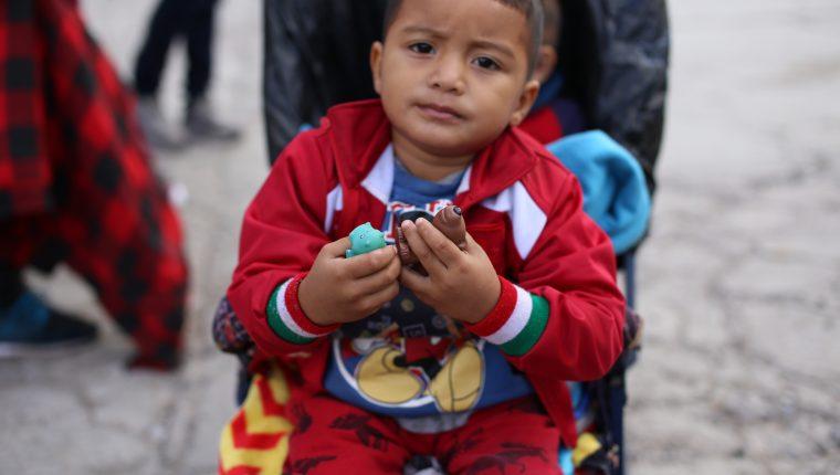 Un niño migrante viaja en una de las caravanas que desde el año pasado se han formado en Honduras. Las autoridades temen que muchos menores sean llevados a EE. UU. con fines de explotación. (Foto Prensa Libre: Hemeroteca PL)