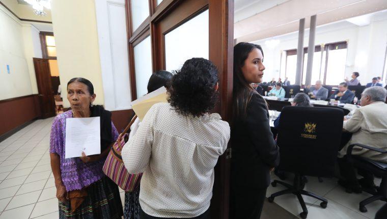 Demecia Yat (izquierda), víctima del caso Sepur Zarco,  espera afuera de la reunión de  jefes de bloques para entregar una carta al presidente del Congreso, Álvaro Arzú Escobar. (Foto Prensa Libre: Erick Ávila)