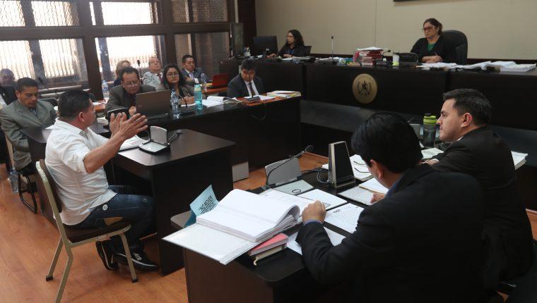 Marvin Montiel, el Taquero, mostró fotografías que le filtraron de la colaboradora Alejandra Reyes y el exinvestigador de la Cicig, Rogelio Ramírez. (Foto Prensa Libre: Érick Ávila)