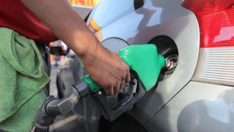 Los precios de los combustibles mantienen una tendencia a la baja en el mercado local y es la transferencia del mercado internacional, según los comercializadores. (Foto Prensa Libre: Hemeroteca)