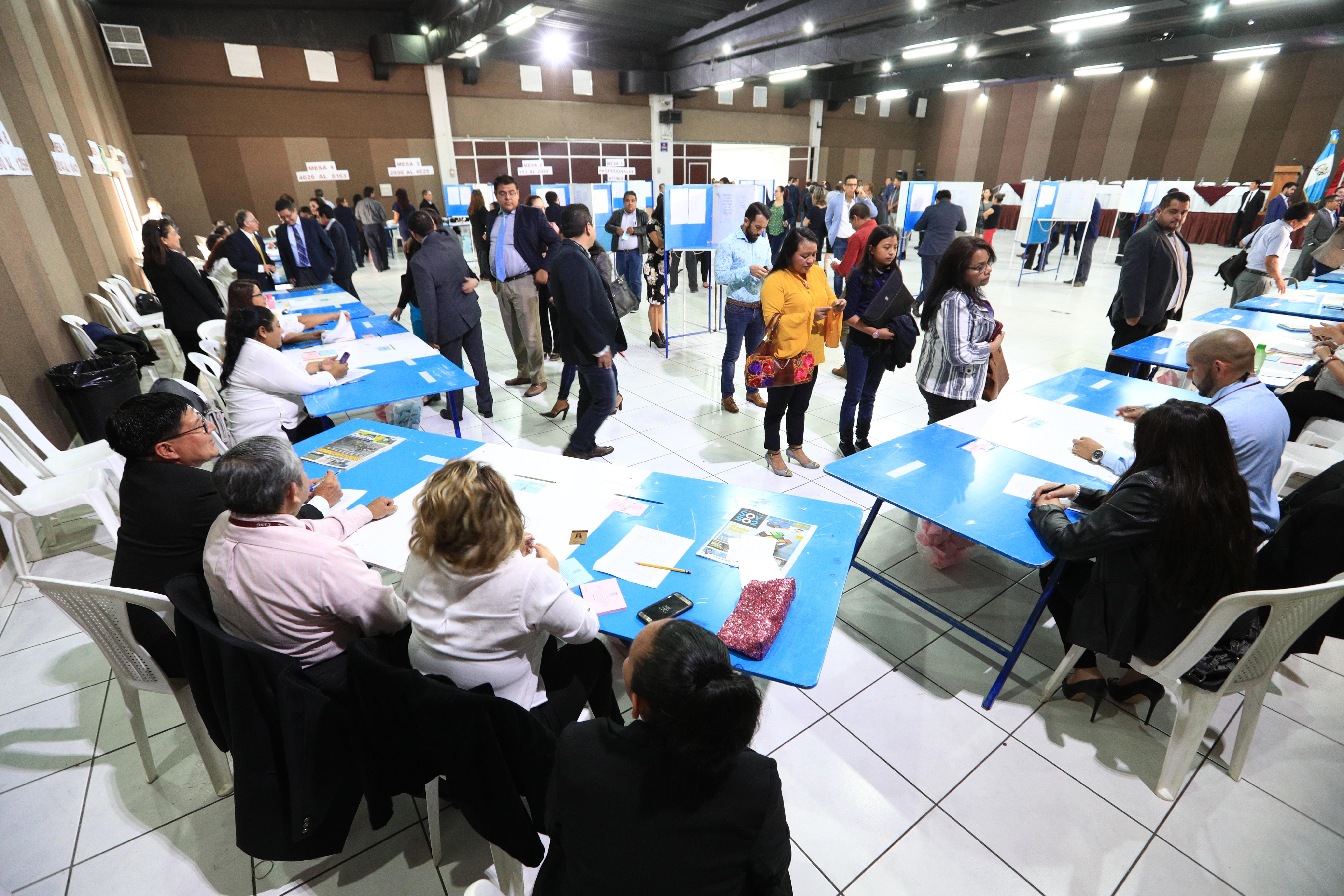 Los profesionales que conforman el Colegio de Abogados acudieron a votar. (Foto Prensa Libre: Carlos Hernández)