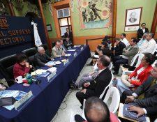 Reunión de fiscales de partidos políticos con magistrados y funcionarios del TSE. (Foto Prensa Libre: Carlos Hernández)