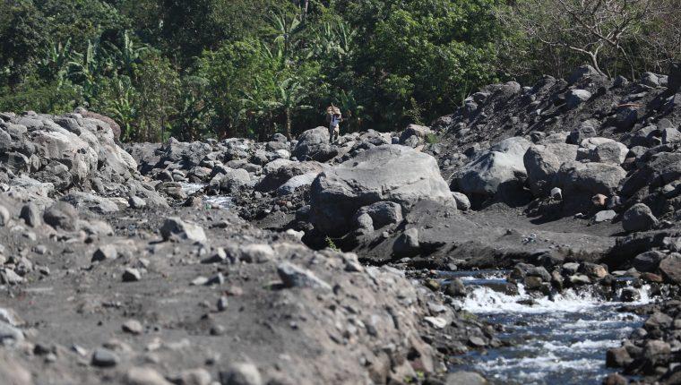 Millones de metros cúbicos de material volcánico amenaza con provocar inundaciones súbitas y lahares a los poblaciones cercanas al río Achiguate. (Foto Prensa Libre: Carlos Hernández)