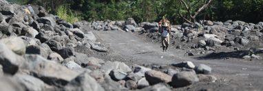 La acumulación de sedimentos en el cauce del río Achiguate genera peligro para las comunidades cercanas pues aumenta el peligro de inundaciones y lahares. (Foto Prensa Libre: Hemeroteca PL)