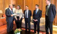Los ministros de Relaciones Exteriores y de la Defensa asisten a la sede de la Ocde, en Francia, para oficializar el ingreso de Guatemala al Centro de Desarrollo de esa entidad. (Foto Prensa Libre: Cancillería)