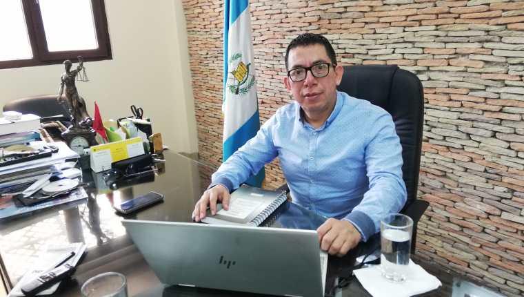 Omar Barrios, del Centro de Estudios de Derecho hizo un análisis de los delitos financiamiento electoral  ilícito y no registrado. (Foto Prensa Libre: Kenneth Monzón)