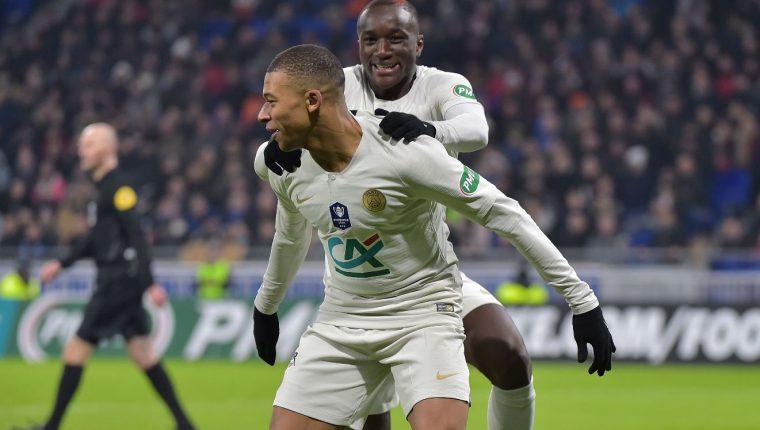 Moussa Diaby festeja junto a Kylian Mbappé después de anotar el segundo tanto del París SG contra el  Villefranche Beaujolais. (Foto Prensa Libre: AFP).