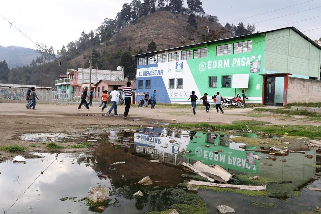Un drenaje a flor de tierra en Pasac I, Cantel, Quetzaltenango, es un foco contaminación para los estudiantes de la escuela del lugar. (Foto Prensa Libre: Mynor Toc)