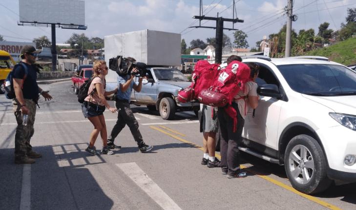 Participantes del Reality Pekín Express piden jalón a un automovilista. (Foto Prensa Libre: Eduardo Sam).