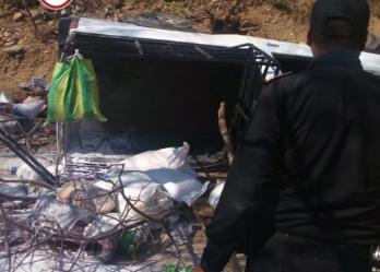 Las pertenencias de los afectados quedaron a un costado del picop accidentado en Zacapa. (Foto Prensa Libre: Bomberos Municipales Departamentales).