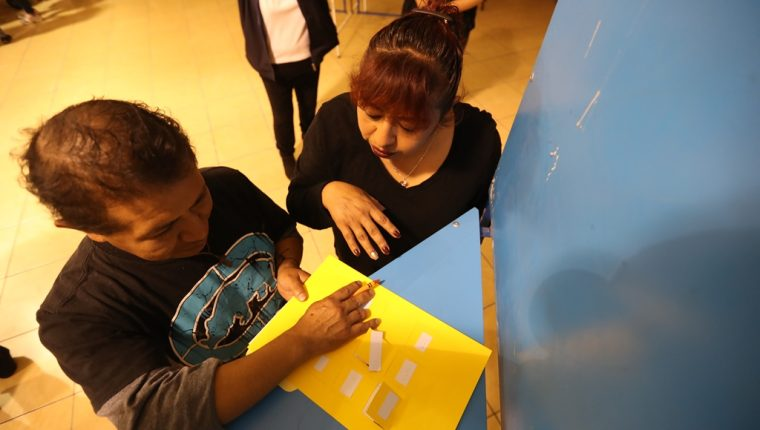 Personas con capacidades diferentes y aptas para votar en las próximas elecciones participaron de un simulacro de votación. (Foto Prensa Libre: Mynor Toc)
