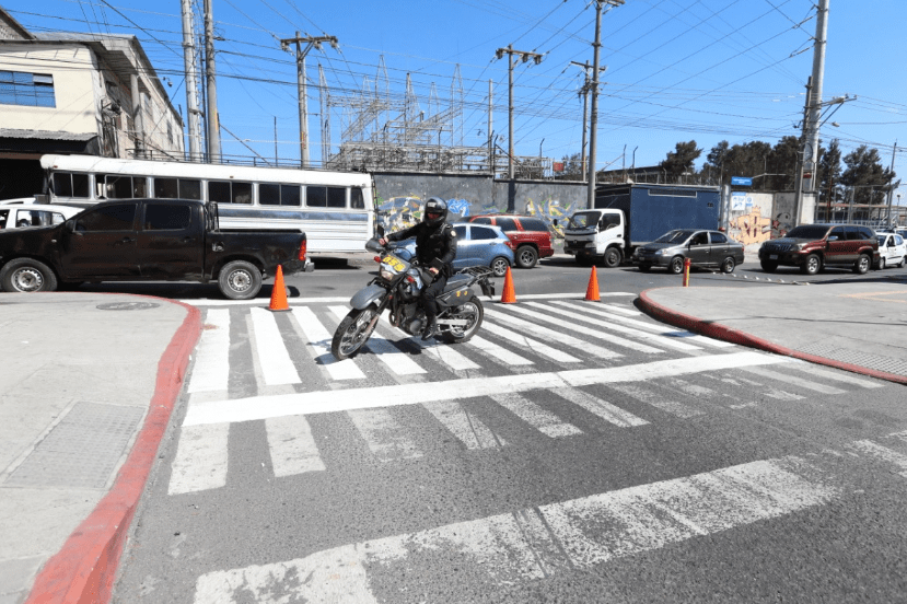 Un agente efectúa maniobras sobre la 14 avenida y 14 calle de la zona 1. (Foto Prensa Libre: Lot Álvarez).
