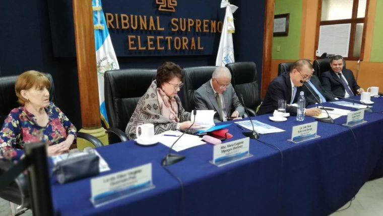 Magistrados del Tribunal Supremo Electoral en reunión con fiscales de partidos políticos. (Foto Prensa Libre: Óscar Rivas)