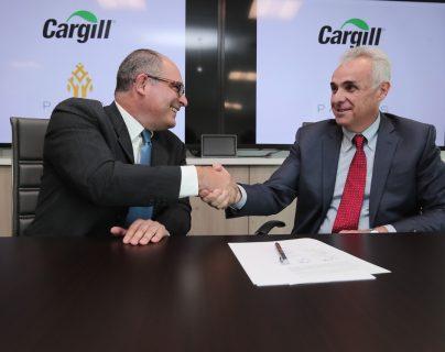 Manuel Carranque, Senior Merchandising and Trading Manager de parte de Cargill y Felix Alvarez, Gerente General de Palmas del Ixcan firmaron el convenio. (Foto Prensa Libre: Juan Diego González)