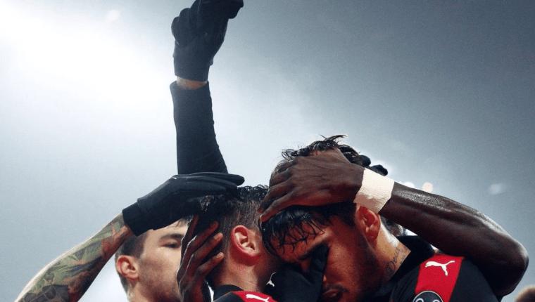 Lucas Paquetá celebró así como dedicatoria a los diez juveniles que fallecieron en un incendio en las instalaciones del Flamengo. (Foto Prensa Libre: AC Milán)