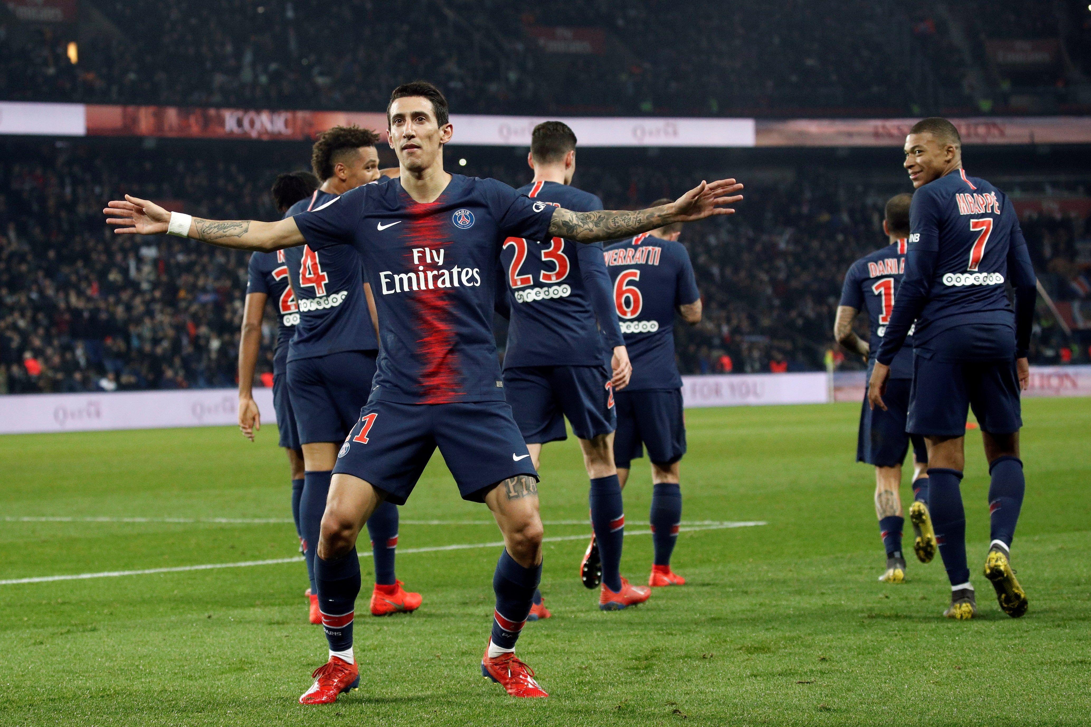 El argentino Ángel Di María de París Saint Germain celebra al anotar el 2-1 este miércoles en un partido de la Liga 1 francesa entre PSG y Montpellier. (Foto Prensa Libre: EFE)