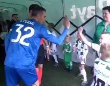 Robin van Persie en el momento que saluda a los pequeños del equipo rival antes del juego del Feyenoord contra el Groningen. (Foto Redes).