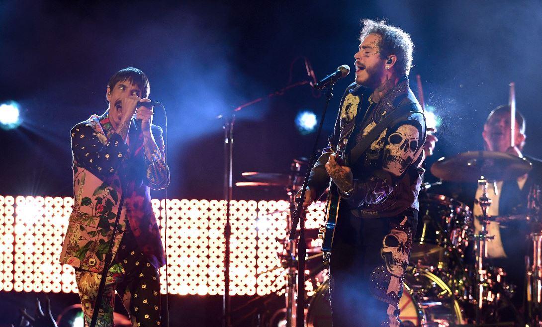 Quién es Post Malone, el rapero que cantó junto a los Red Hot Chili Peppers en los Grammy