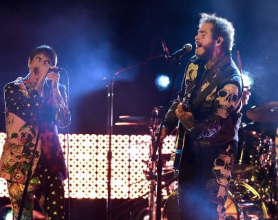 Anthony Kiedis, vocalista de la agrupación Red Hot Chili Peppers cantó el tema Dark Necessities junto a Post Malone en el escenario de los Grammy 2019. (Foto Prensa Libre: AFP)