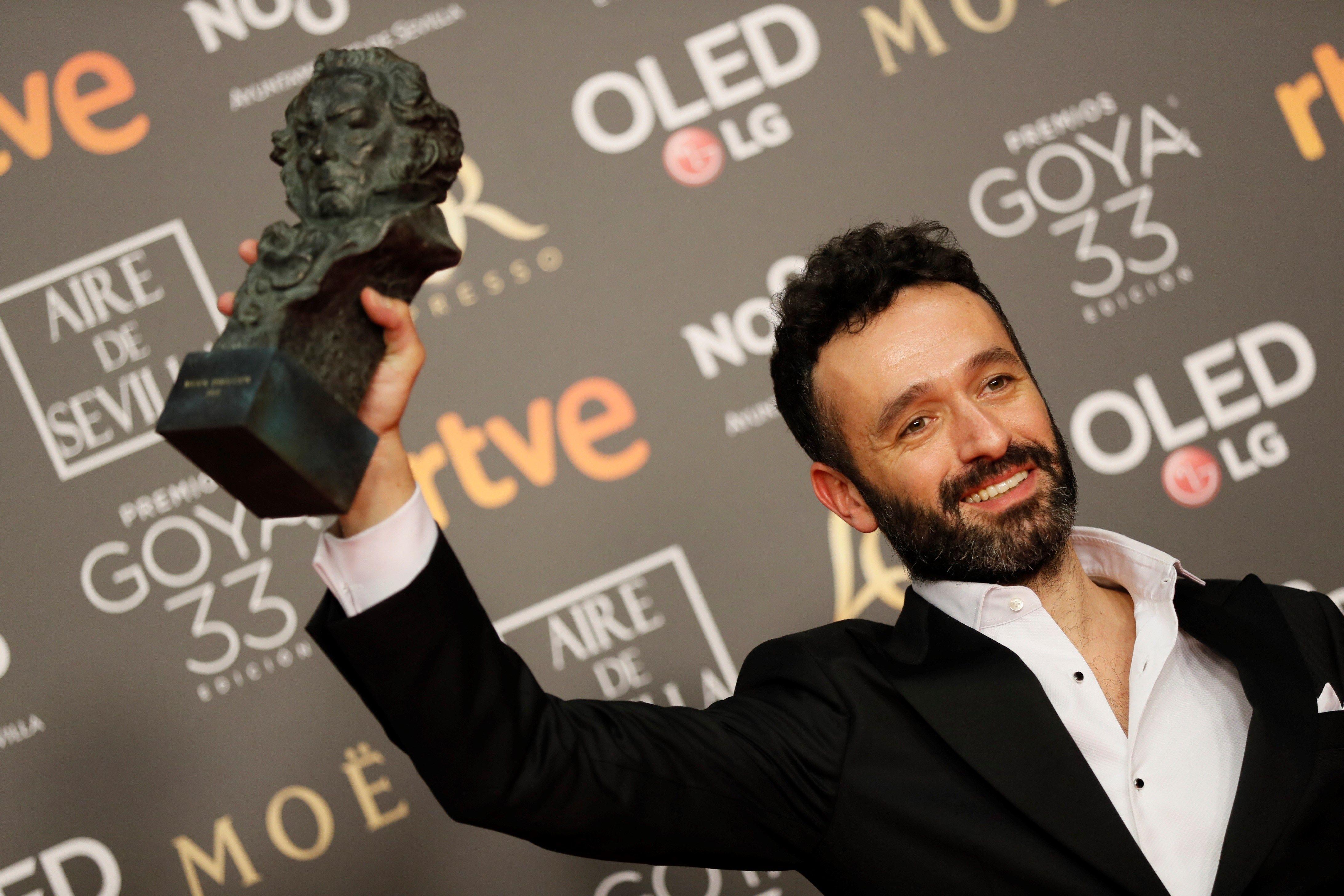 """El director Rodrigo Sorogoyen alza el Goya a mejor dirección, por su película """"El Reino"""". (EFE)."""
