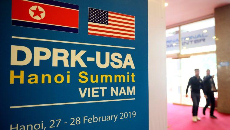 Un cartel anuncia la segunda cumbre del presidente estadounidense, Donald Trump, y el líder norcoreano, Kim Jong-un, Hanoi, este lunes, en Hanoi, Vietnam. Los dos líderes protagonizarán su segunda cumbre el próximo 27 y 28 de febrero en Hanoi. (Foto Prensa Libre: EFE)