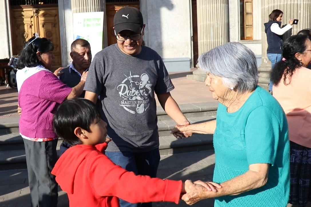 Niños, jóvenes y abuelos bailaron marimba en el frontispicio del Teatro Municipal de Xela. (Foto Prensa Libre: María Longo)
