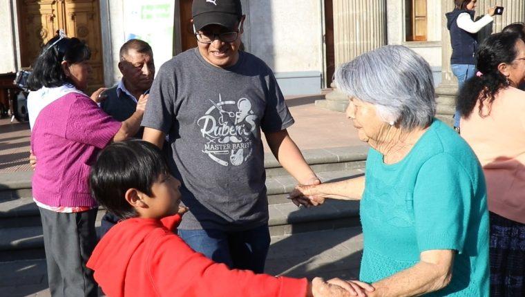 La convivencia e integración de los adultos mayores con la familia es esencial. Foto Prensa Libre Hemeroteca.