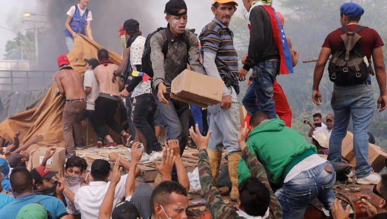 Dos camiones con ayuda humanitaria solicitada por la oposición fueron quemados por la Policía Nacional Bolivariana en el lado venezolano del puente Francisco de Paula Santander, que conecta al país con Colombia. (Foto Prensa Libre: EFE)