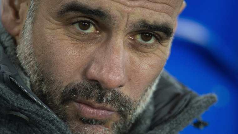El entrenador del Manchester City, el español Pep Guardiola, reacciona antes durante un encuentro liga de inglesa entre el Everton y el Manchester City en el estadio Goodison Park. (Foto Prensa Libre: EFE)