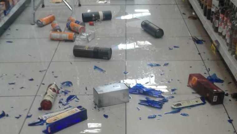 Supermercados resultaron afectados por la caída de productos a causa del sismo. (Foto Prensa Libre: María Longo)
