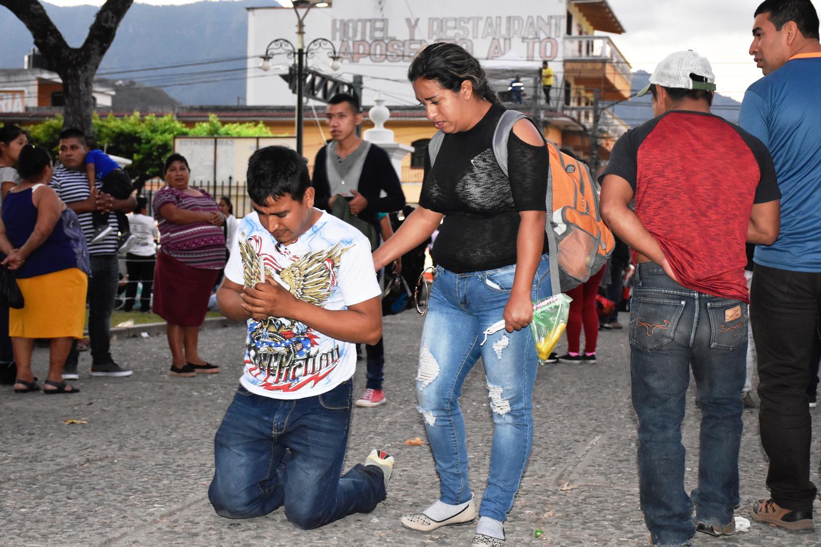 Motorista se arrodilla luego de llegar a Esquipulas. (Foto Prensa Libre: Mario Morales)