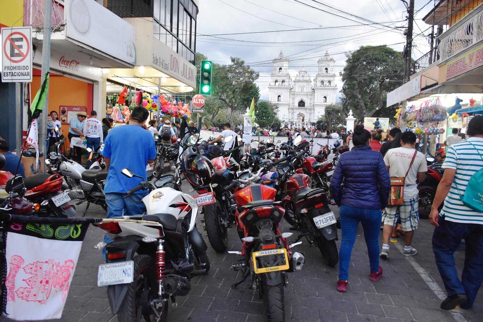 Motoristas que participaron en la Caravana del Zorro dejan sus vehículos para acudir a la Basílica. (Foto Prensa Libre: Mario Morales)