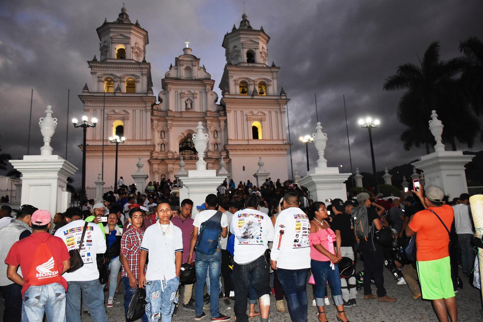 Ingreso a la Basílica de los motoristas que llegaron en la Caravana del Zorro. (Foto Prensa Libre: Mario Morales)