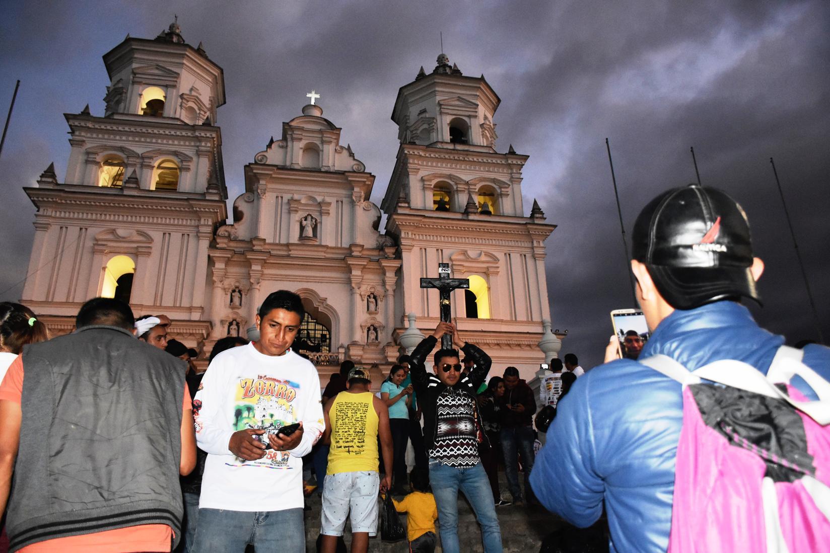 Varios motoristas de la Caravana permanecen en el atrio de la Basílica de Esquipulas. (Foto Prensa Libre: Mario Morales)