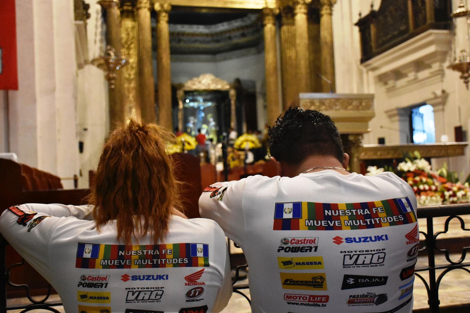 Momentos de oración y agradecimiento de los motoristas que participaron en la Caravana del Zorro. (Foto Prensa Libre: Mario Morales)