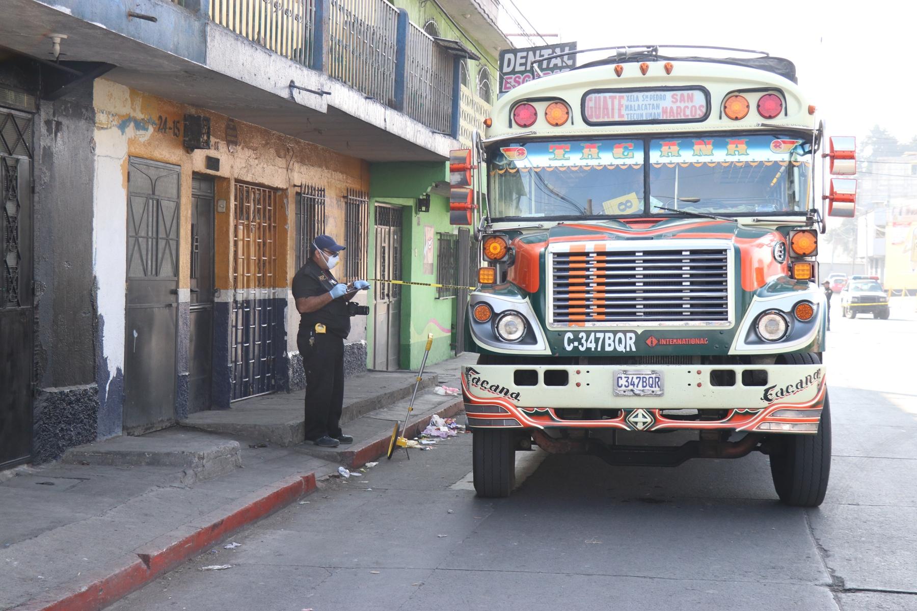 Investigadores del Ministerio Público recolectan evidencias en el lugar del crimen. (Foto Prensa Libre: María Longo)