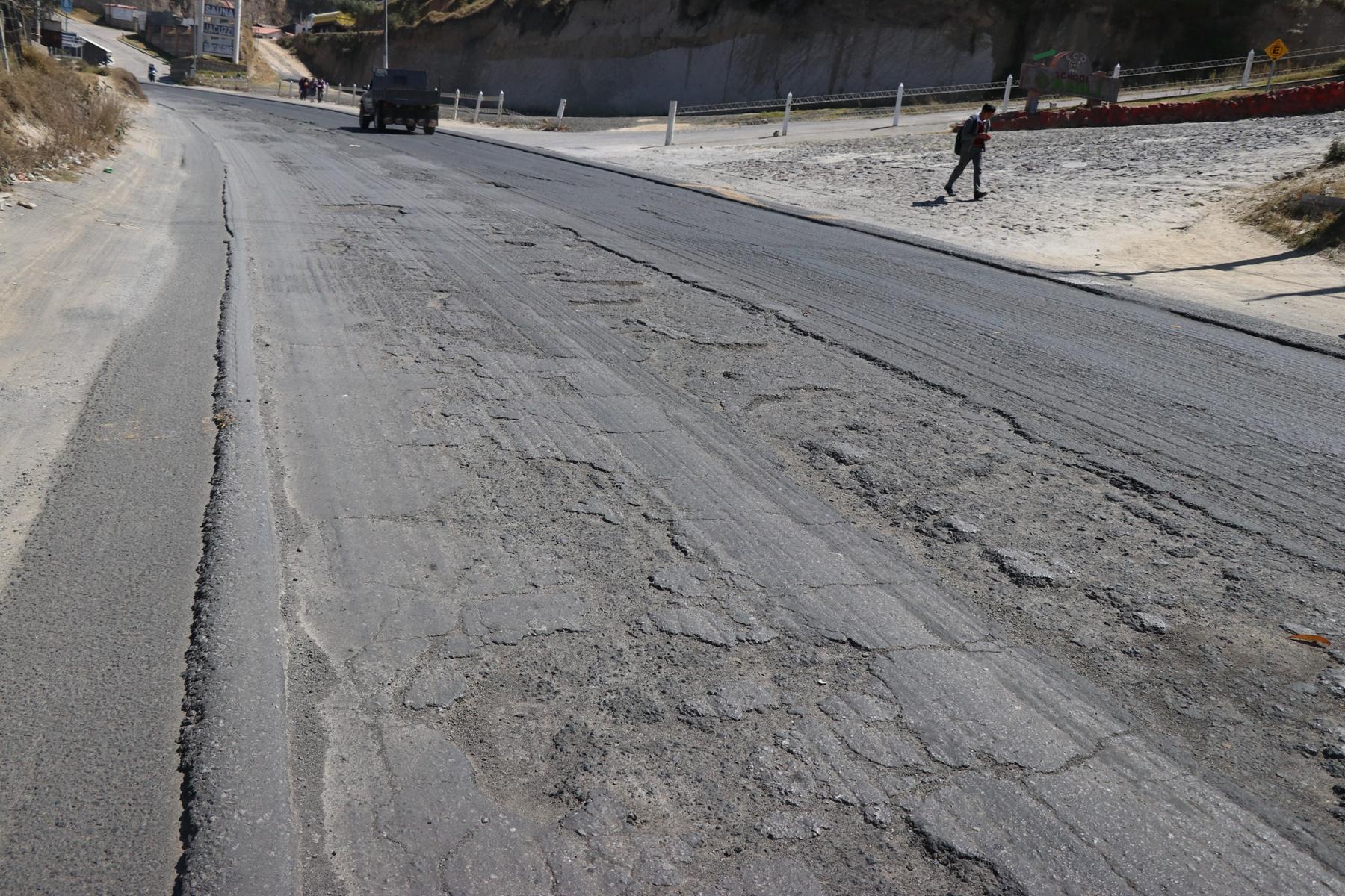 Pilotos que utilizan la carretera entre Xela y Cantel aseguran que sus vehiculos resultan dañados por el mal estado del camino. (Foto Prensa Libre: María Longo)