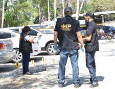 Fiscales del Ministerio Público recaban evidencias. (Foto Prensa Libre: Hemeroteca PL)