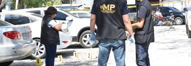 Fiscales del Ministerio Público y agentes de la PNC recaban evidencias en el lugar donde atacaron a pediatra. (Foto Prensa Libre: Mario Morales)