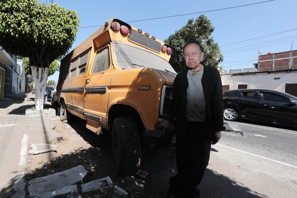 Esta es la historia del anciano que vive  solo en un bus abandonado