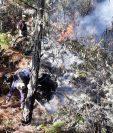 El personal de la comuna que ayuda para apagar el incendio continua con sus labores. (Foto Prensa libre: cortesía Gestión de Riesgos)