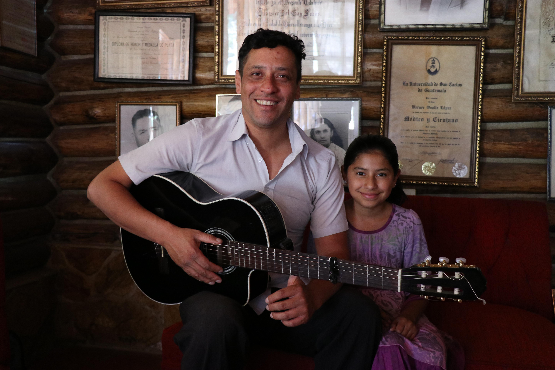 Angie Cardenas, de 11 años, junto a su papá Werner Cárdenas Ovalle, nieto del poeta quetzalteco Werner Ovalle López y quien descubrió el talento de Angie.  (Foto Prensa Libre: María José Longo)
