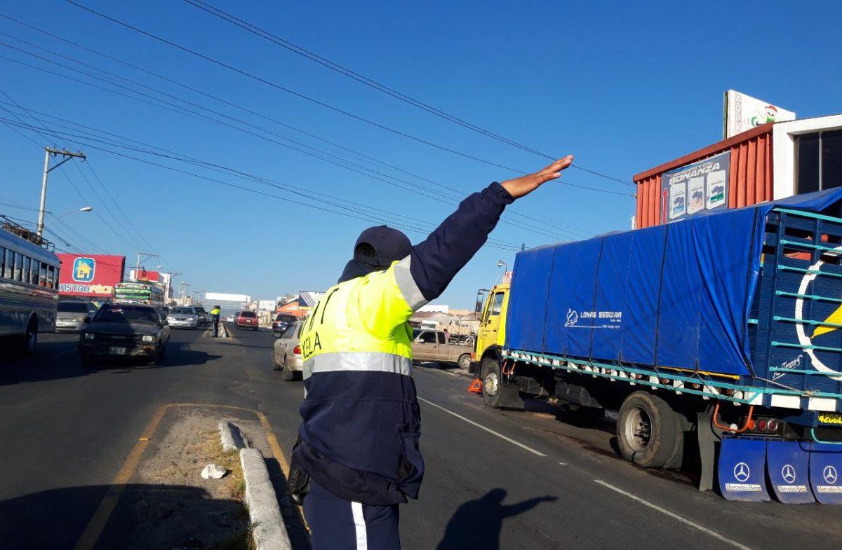 PMTQ multa a camión que obstaculizó el paso esta mañana en el periférico