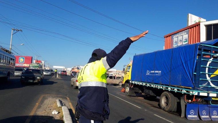 Camión con desperfectos mecánicos provocó congestionamiento  vehicular esta mañana en Xela. (Foto Prensa Libre: María Longo)
