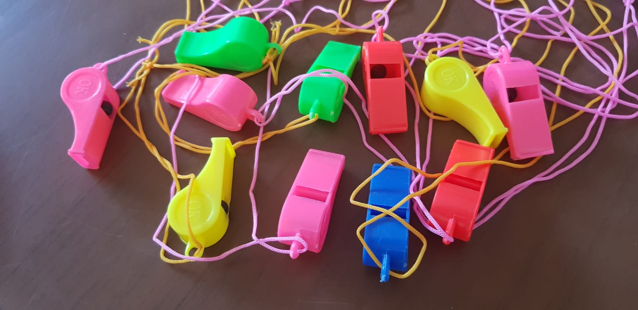 Algunos de los gorgoritos que han sido regalados a los vecinos para alertar cuando ocurra un hecho delictivo. (Foto Prensa Libre: Héctor Cordero).