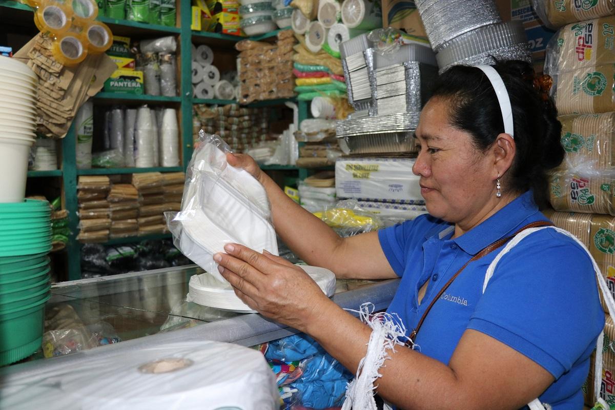 Carmelina de Baeza, comerciante, compra productos biodegradables para vender en su tienda de abastos en San Juan del Obispo, Antigua Guatemala. (Foto Presa Libre: Julio Sicán)