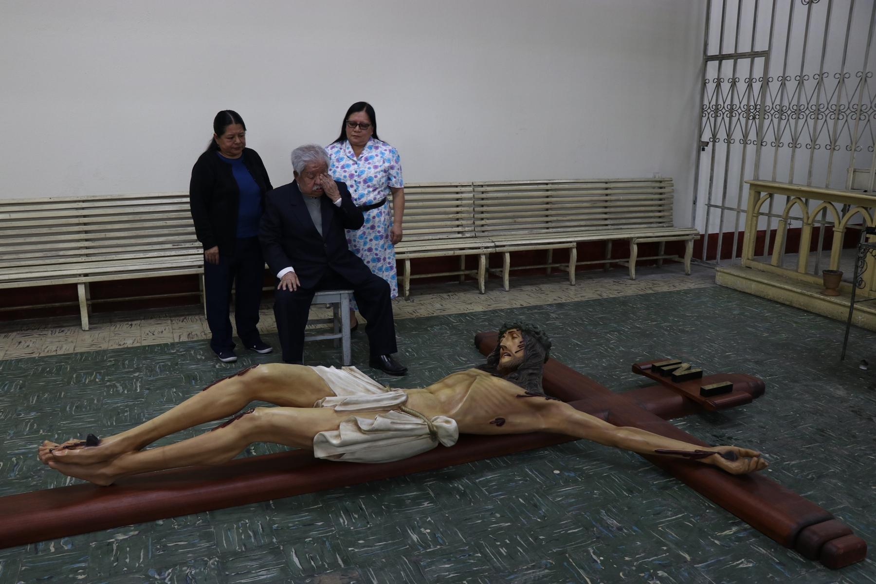 Florentín López Xicará junto a dos de sus hijas observa la imagen que donó y que le recuerda a su esposa. (Foto Prensa Libre: María José Longo)