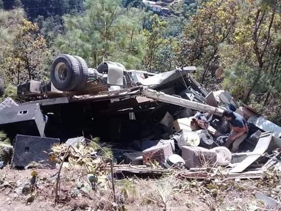 El camión en el que viajaba la agrupación Unción en la Alabanza quedó destruido por un accidente en Totonicapán. (Foto Prensa Libre: Héctor Cordero).