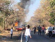 Curiosos observan el camión cisterna accidentado en la ruta a Asunción Mita, Jutiapa. (Foto Prensa Libre: José Boya).